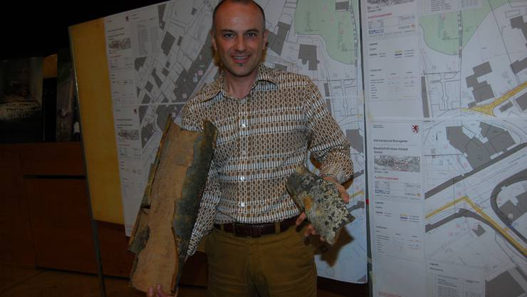 Stefano Righetti von der Bauverwaltung Bremgarten zeigt ramponierte, 103-jährige Wasserrohre der Antonigasse.sl