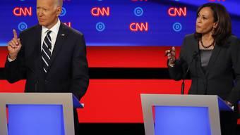 ARCHIV - Die damaligen demokratischen Bewerber um die Präsidentschaftskandidatur, Joe Biden und Kamala Harris, sprechen im Juli 2019 während der zweiten TV-Debatte der Demokraten. Foto: Paul Sancya/AP/dpa