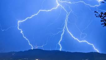 Ein Blitz hat am frühen Dienstagmorgen bei der Nationalbank in Bern eingeschlagen. (Archiv)
