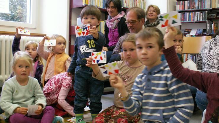 Die Kinder basteln Farbenkarten