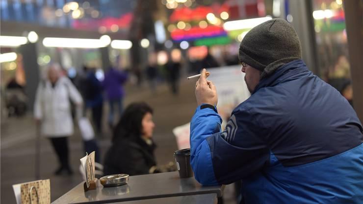 Zug um Zug von der Zigarette: Die Raucher haben am Bahnhof Basel SBB weiterhin freie Bahn.