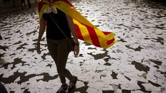 Wahlzettel auf den Strassen Barcelonas Ruft Katalonien die Unabhängigkeit aus.