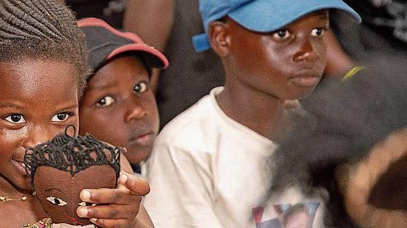 Einige der Schützlinge von Harriet Suter in Uganda.
