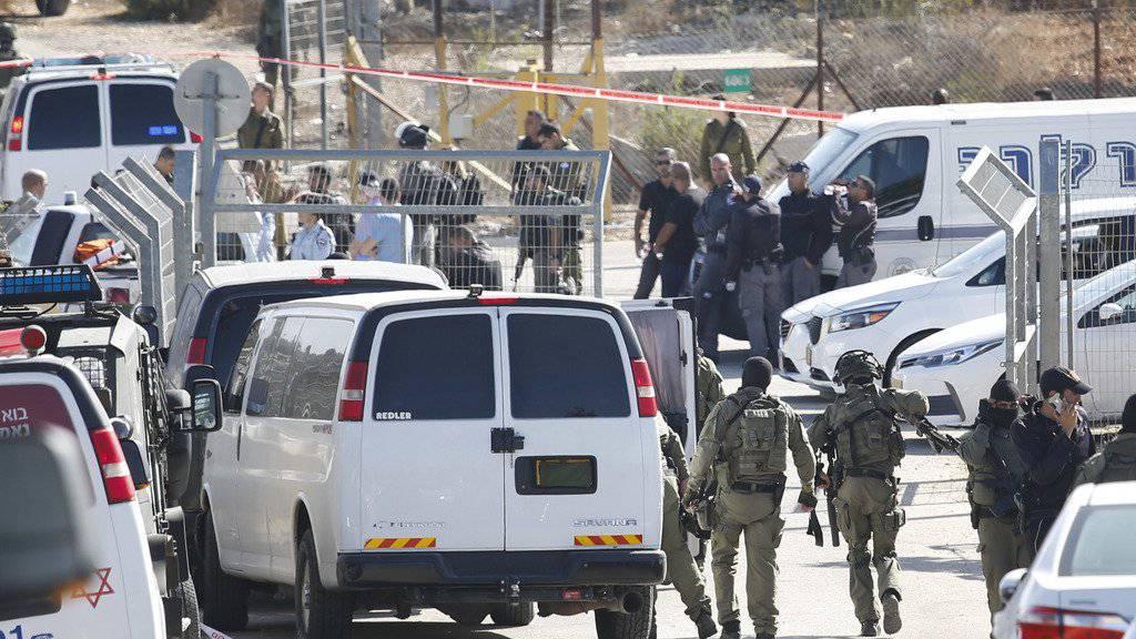 Im Westjordanland hat ein Palästinenser drei Israelis erschossen. Die Tat geschah beim Hintereingang der jüdischen Siedlung Har Adar. Sicherheitskräfte schossen daraufhin auf den Angreifer und töteten ihn.