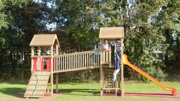 Der neue Spielturm wird rege genutzt