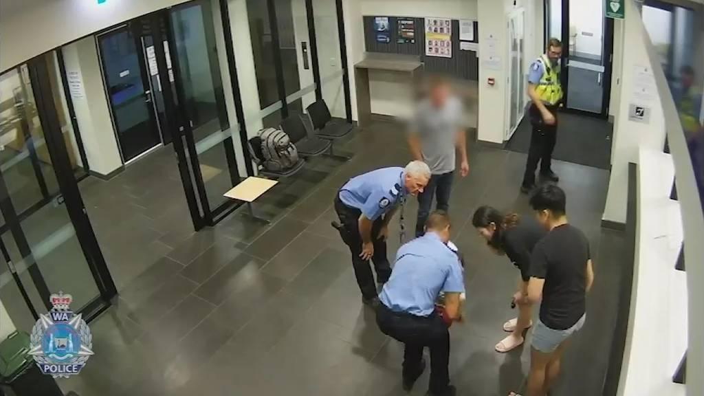 Christkind in Polizeiuniform: Beamter rettet Kleinkind vor dem Ersticken