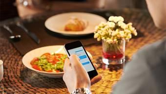Susanne Abplanalp: «Es gibt doch oft gar keinen Grund, sich in guter Gesellschaft mit dem Handy zu beschäftigen!»Thinkstock