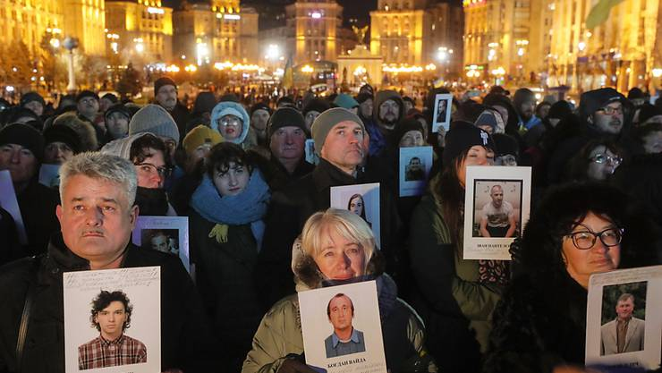 Tausende protestieren am Donnerstagabend in Kiew, um bei der Annäherung zu Russland nicht zu grosse Zugeständnisse zu machen.
