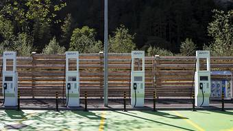 Elektroautos benötigen ein dichtes Netz an Ladestationen. Die Gotthard Raststätte an der Autobahn A2 in Erstfeld verfügt über diverse solche Stationen. Weltweit führend ist Norwegen. (Archivbild)