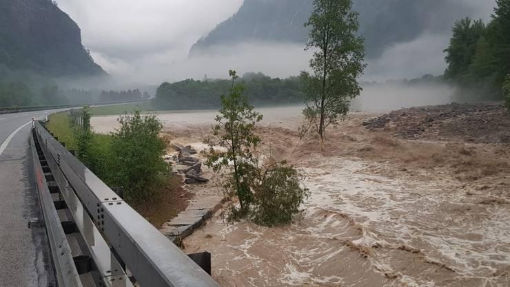 Die von den Wassermassen bedrohte A13 bei Soazza.