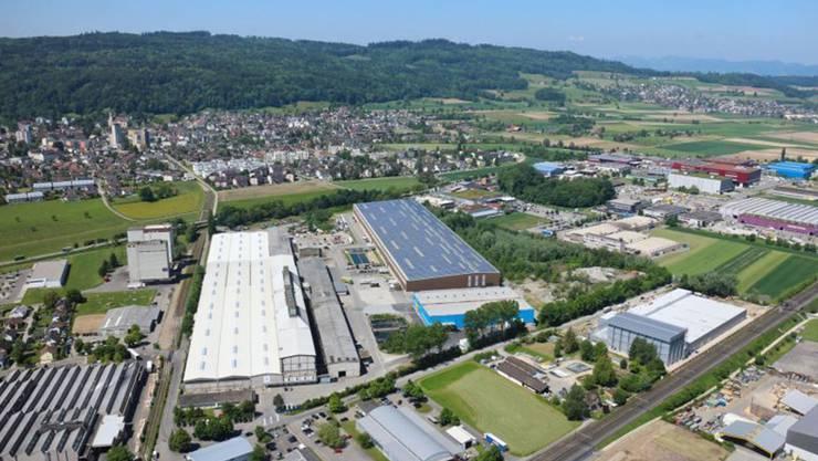 Luftansicht der Photovoltaikanlage auf dem Dach der Ferrowohlen AG.