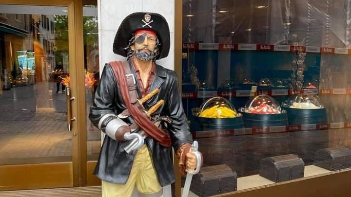 Pirat vermisst: Unbekannte stehlen menschengrosse Figur