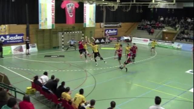 Handball NLA: Dieser gewagte Sprungwurf von Tim Aufdenblatten rettete Suhr Aarau aus der Misere.