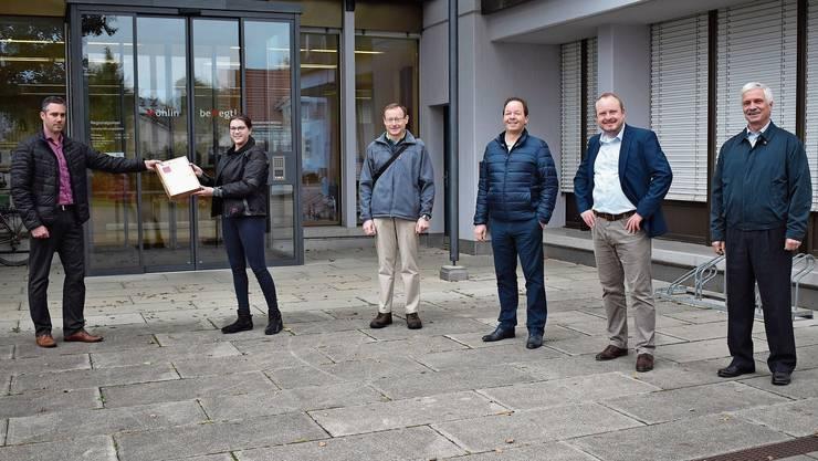 Die Vertreter der IG pro Mittelschule Möhlin übergaben am Montag fast 1000 Unterschriften an Gemeindeschreiber Marius Fricker (links).