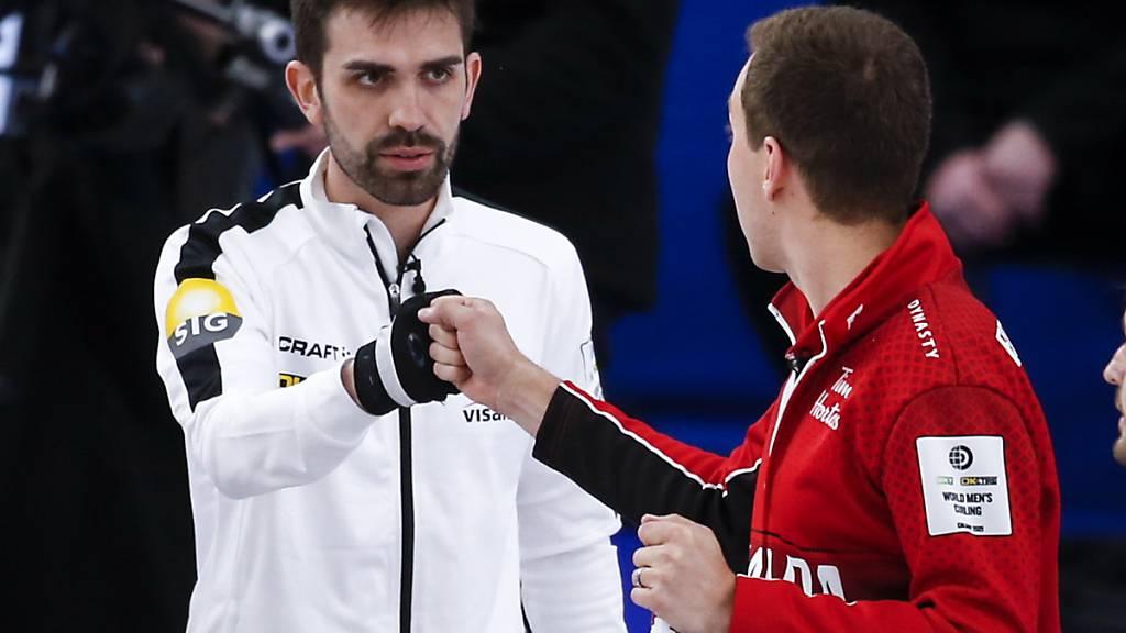 Die Ruhe vor dem Spiel: Der Schweizer Skip Peter De Cruz (links) und sein renommierter kanadischer Antipode Brendan Bottcher