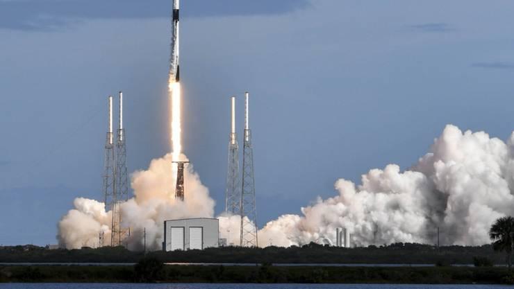 Bringt 60 Mini-Satelliten ins All: Falcon-9-Trägerrakete beim Start vom US-Weltraumbahnhof Cape Canaveral in Florida.