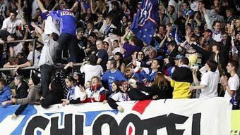 Die Fans der Kloten Flyers feiern.