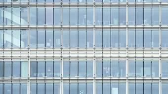 """Blick auf die Fassade und an einem Swisscom-Gebäude in Zürich: Nur 12 Prozent der Befragten wären """"bestimmt dafür"""", dass das Telekom-Unternehmen privatisiert wird."""