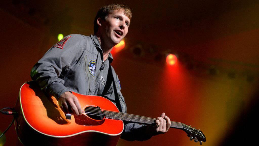 Selbstironie als Waffe: Der britische Sänger James Blunt will die Fans vor seinem neuen Album gewarnt haben. (Archivbild)