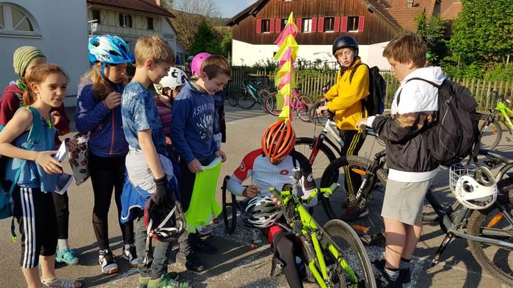 Der legendäre Solothurner Rennrollstuhlsportler stand den Kindern geduldig Rede und Antwort und signierte alle möglichen Sportgegenstände.