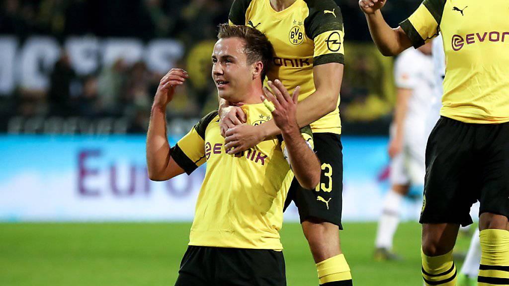 Mario Götze (Nummer 10) und Guerreiro nach dem dritten Tor der Dortmunder
