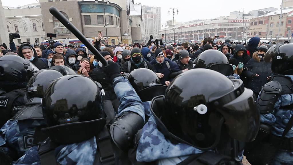 Polizisten setzen bei einem Protest gegen die Inhaftierung von Kremlkritiker Nawalny gegen die Demonstranten Schlagstöcke ein.  Menschenrechtler haben in einem Bericht von Amnesty International die zunehmende Unterdrückung friedlicher Demonstrationen in Russland beklagt.
