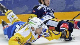 Der 3-fache Torschütze Lino Martschini (hinten) für einmal am Boden