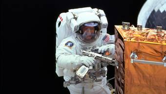 Der bisher einzige Schweizer Astronaut Claude Nicollier bei einem Weltraumspaziergang.