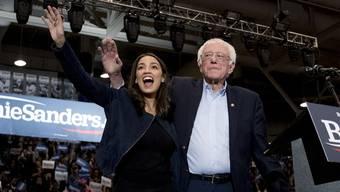 Präsidentschaftskandidat Bernie Sanders zusammen mit der Demokratin Alexandria Ocasio-Cortez.