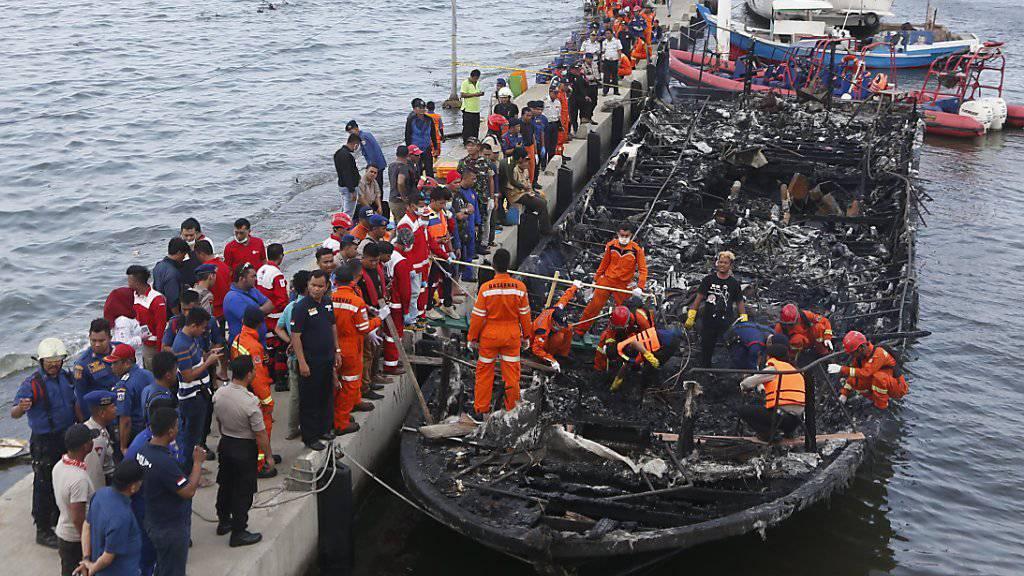 250 Personen befanden sich auf dem hölzernen Schiff, das am Neujahrstag in Brand geriet. Die Behörden in Indonesien suchen weiter nach 17 Vermissten.