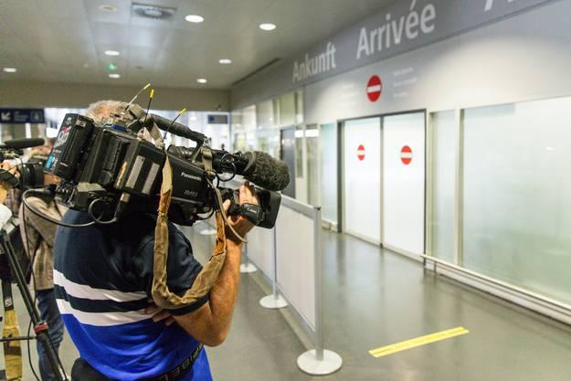 Medien und Schaulustige warten auf David Goodall.