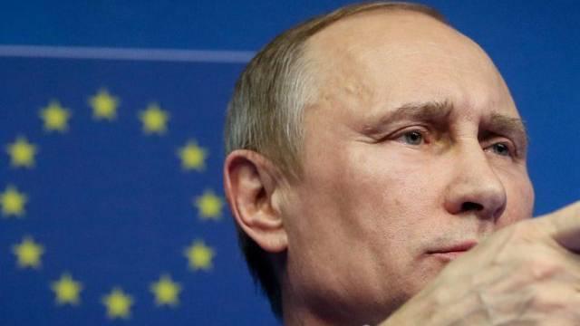 Russlands Präsident Wladimir Putin mit EU-Flagge im Hintergrund