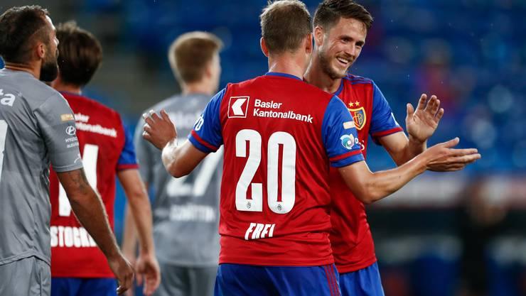 Doppeltorschütze Ricky van Woflswinkel und Fabian Frei jubeln.