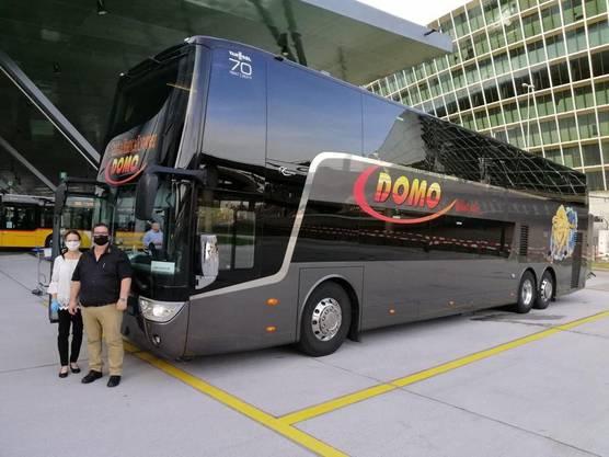 Ein Bus reicht aus für die einzelnen Spanien-Rückkehrer: Chauffeur und Mitarbeiterin von Domo Reisen mit Mundschutz.