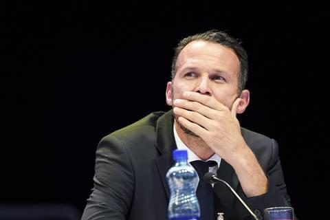 Marco Streller wurde wieder in den Vereinsvorstand und in den Verwaltungsrat gewählt. Doch er bekam einige Nein-Stimmen. Die Enttäuschung über die Voten konnte er, der Rotblau wie kein Zweiter in seinem Herz trägt, auf der Bühne nicht verbergen.
