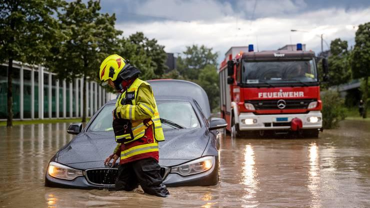 Hochwasser und Überschwemmung auf der Haldenstrasse beim Verkehrshaus: Die Feuerwehr war im Grosseinsatz.
