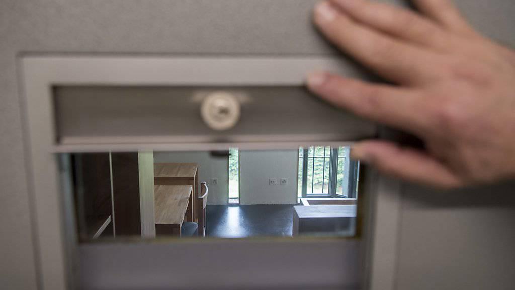 Weil er mehrere Frauen betäubt, geschändet und dabei gefilmt hat, muss ein 63-jähriger Schweizer nun hinter Gitter. Das Bezirksgericht Brugg AG verurteilte ihn zu einer Freiheitsstrafe von acht Jahren. (Symbolbild)