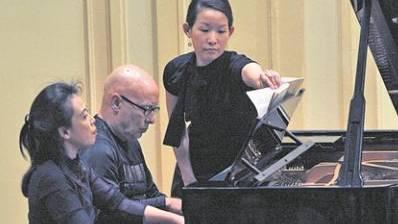 Dennis Russell Davies und Maki Namekawa gestalten Igor Strawinskys «Le Sacre du Printemps» für Klavier zu vier Händen.