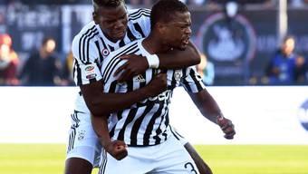 Patrice Evra, Torschütze zum 2:1, freut sich mit Paul Pogba (links)