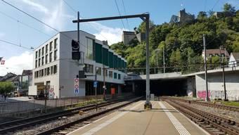 Hier im Bahnhof Baden wurde der Zugchef von einer der Zugtüren eingeklemmt, mitgeschleift und getötet.