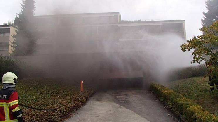 Bei dem Brand in einer Tiefgarage eines Mehrfamilienhauses entstand erheblicher Sachschaden