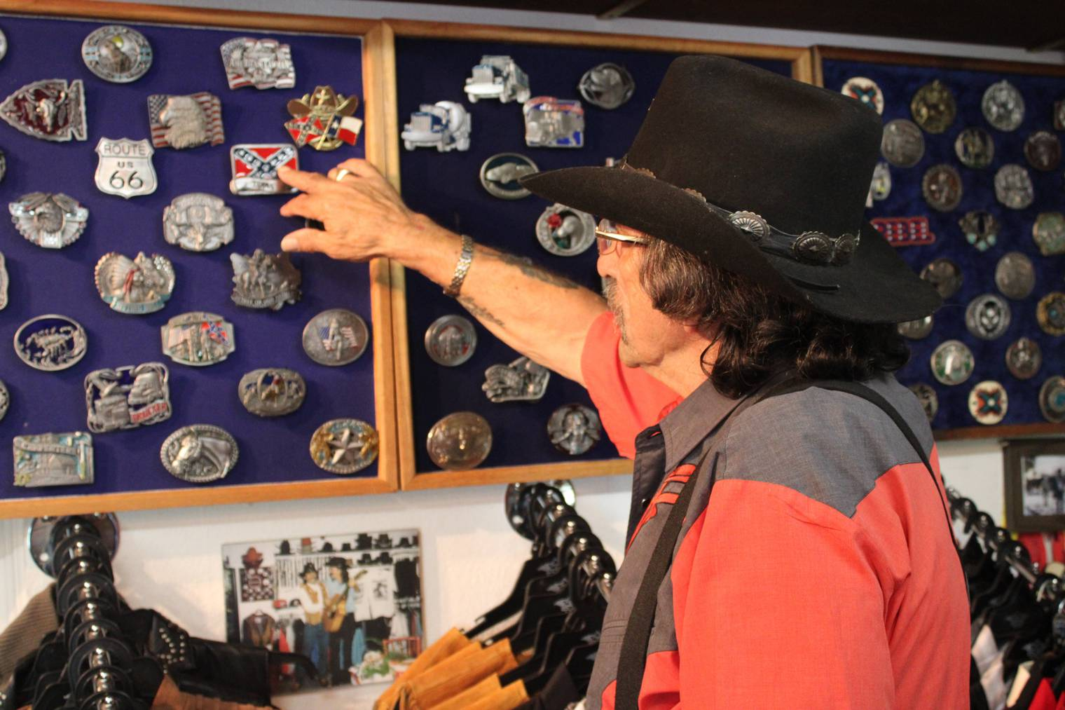 Peter Hüppi zeigt eine Auswahl an Schnallen. Von diesen hat er noch besonders viel. (Bild: Lara Abderhalden)