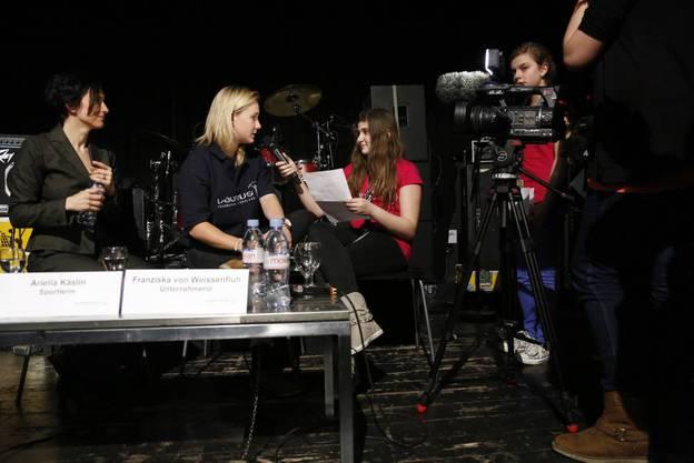 Ariella Käslin wird von Teilnehmern der Mädchenwoche interviewt