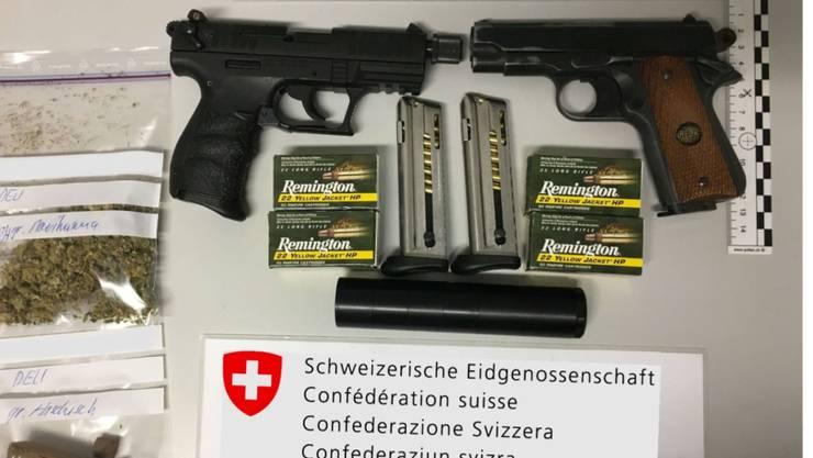 Ungewöhnliche Campingausrüstung: Die Grenzwacht in Graubünden entdeckte zwei Pistolen in einem Wohnmobil sowie Marihuana und Haschisch.
