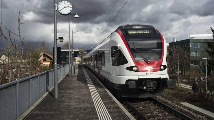 S6 in Richtung Bahnhof SBB bei der Haltestelle Riehen Niederholz.