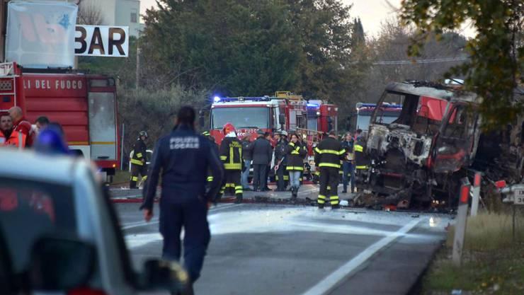 Bei der Explosion an einer Tankstelle in Italien sind zwei Menschen ums Leben gekommen - rechts der Tankwagen, der Feuer gefangen hatte und daraufhin explodierte.