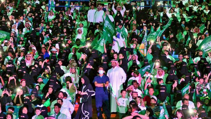 Frauen und Männer am Nationalfeiertag am 23. September 2017 im König Fahd-Stadion in Riad. Am Freitag durften Frauen erstmals für ein Fussballspiel in ein Stadion. (Archivbild)