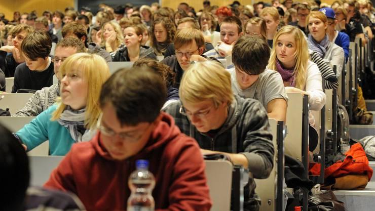 Im dualen Bildungssystem werden Lehrlinge an zwei verschiedenen Orten ausgebildet: im Betrieb und der Berufsschule. (Symbolbild)