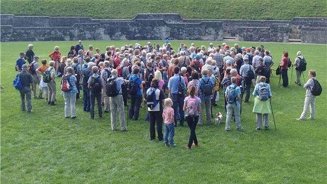 Nach wenigen Metern des Weges erwartete die Wanderer bereits der erste interessante Vortrag im Amphitheater.