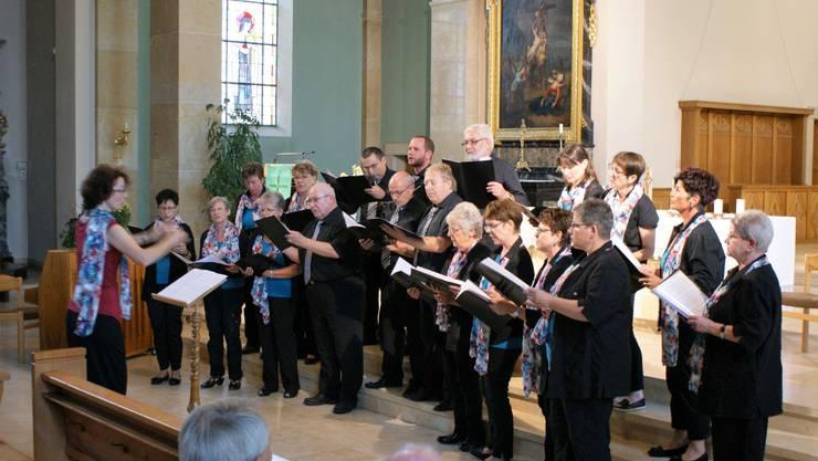 Der Gemischte Chor Matzendorf bei seinem Vortrag in der Kirche.